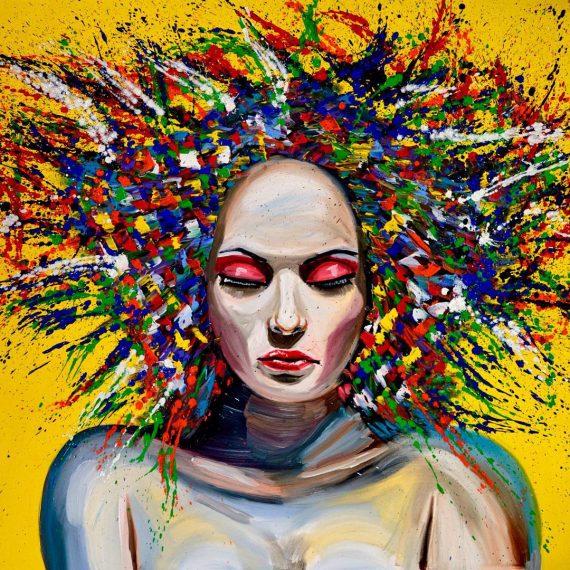 אישה על רקע צהוב